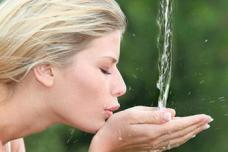 Որքան ջուր է հարկավոր խմել օրական. չափը՝ քաշից կախված